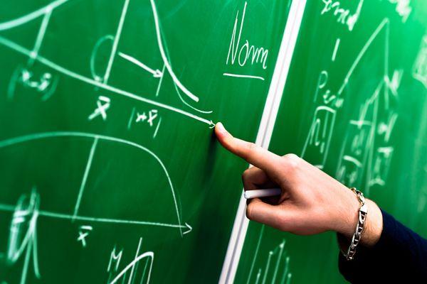 Professor inova e coloca falhas e defeitos no currículo. Saiba o motivo dessa atitude curiosa.